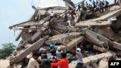 Բանգլադեշ - Փրկարարները աշխատում են փլուզված շենքի փլատակներում, Դաքա, ապրիլի., 2013թ.