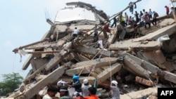 Люди на обломках разрушенного швейного комплекса. Савар, 25 апреля 2013 года.