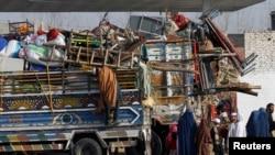 Ооганстанга кайтуу үчүн жүктөрүн даярдап койгон Пакистандагы ооган качкындары. 13-февраль, 2015-жыл