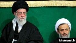 علیرضا پناهیان (سمت راست) در یک مراسم عمومی در کنار علی خامنهای