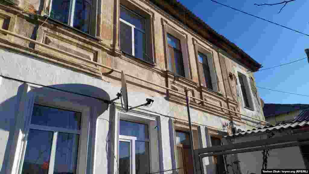 Дом №25 на Кирова – еще один ветеран, построенный до 1917 года. Точные данные о времени постройки отсутствуют. Сейчас в нем располагаются шесть квартир общей площадью около 200 квадратных метров
