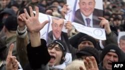 هزاران نفر با تجمع در مرکز شهر تفلیس علیه نتایج انتخابات ریاست جمهوری تظاهرات کردند.