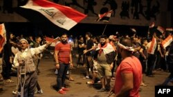 Protestatari cu drapele ale Irakului