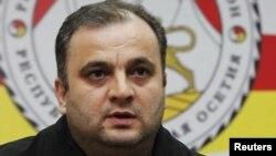 За уход Ацамаза Биченова проголосовало всего восемь депутатов, против - 22