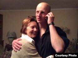 Игорь Олиневич с матерью – после освобождения
