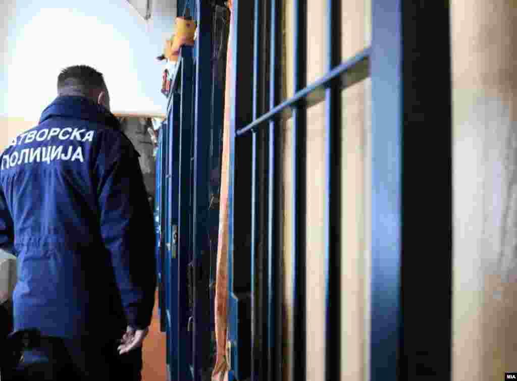 МАКЕДОНИЈА - Претседателката на Хелсиншкиот комитет, Уранија Пировска, на презентацијата на извештајот за состојбата во казнено-поправните установи во Македонија, рече дека иако има видно подобрување во однос на условите во затворите, но дека се уште има стари проблеми како што се пренатрупаност, неподеленост според казна и дело, недоволна здравствена заштита, образование...