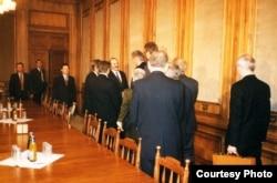 Аляксандар Лукашэнка прымае дэлегацыю з Польшчы на чале зь міністрам замежных справаў Анджэем Алехоўскім, 1994 год