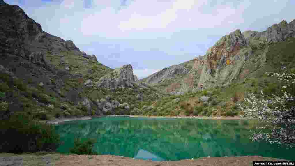 Озеро Панагія в селі Зеленогір'я, що під Алуштою, на тлі вершини Чок-Сари-Кая. Квітень 2018