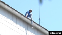 Uzbekistan / Russia - Migrant climbed onto the roof to commit suicide in Orenburg, 14.07.2015.