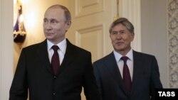 Президент России Владимир Путин (слева) и президент Кыргызстана Алмазбек Атамбаев во время встречи в Москве, 16 марта 2015 года.