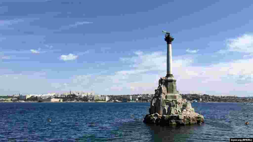 Памятник затопленным кораблям– символ Севастополя.Монумент сооружён в1905 годук 50-летиюПервой обороны Севастополя, во время которой были затоплены русскиепарусные корабли, «чтобы заградить вход неприятельским судам на рейд и тем самым спасти Севастополь»