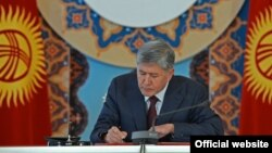 Алмазбек Атамбаев келишимге кол коюуда