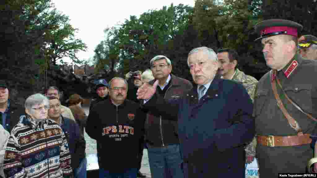 Депутат парламента генерал-лейтенант Бахытжан Ертаев заявил на митинге, что в Германии к памятникам советским воинам относятся лучше, чем в Алматы.