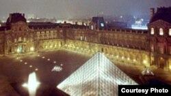 نمایی از موزه لوور پاریس در شب