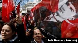 Сторонники главной оппозиционной партии Турции – Республиканской народной партии – с портретами Кемаля Ататюрка. Стамбул, 30 марта 2019 года.