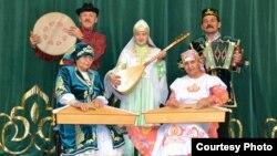 Мари Иле татар мәдәният үзәге ансамбле. Рамай Юлдашев (с) бәрмә уен коралы дәф белән