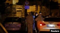 Следователи и полицаи пред къщата на Мелвин Тюма, който е основен свидетел в разследването за убийството на Дафне Галиция