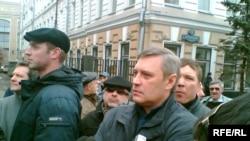 Едва попав на Пушкинскую площадь, бывший премьер-министр понял, что день для него не будет спокойным
