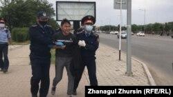 Полиция наразылық акциясына келген азаматты әкетіп барады. Ақтөбе, 6 маусым 2020 жыл.