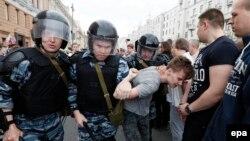 Задержание молодого участника акции протеста