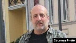 Мераб Ломия эмигрировал из Грузии в 2007 году, когда по инициативе прежних властей были ликвидированы многие исследовательские институты здравоохранения, функционирование которых впоследствии так и не было восстановлено