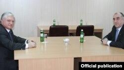 Украина - Встреча глав МИД Армении и Азербайджана - Эдварда Налбандяна (слева) и Эльмара Мамедъярова, Киев, 4 декабря 2013 г. (Фотография - пресс-служба МИД Армении)