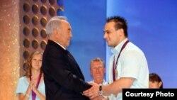 Нурсултан Назарбаев поздравляет двукратного олимпийского чемпиона Илью Ильина. 17 августа 2012 года.