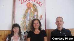 Лингвист Звйездана Вржич (ортада), оның көмекшісі Вивиана Бркарич (сол жақта) және Роберт Доричич жазда Зейан қаласында влах тілінен семинарлар өткізді.