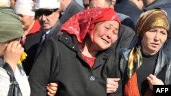 Хешовандони кушташудагон дар қабристони Отабайти Бишкек, 7-уми апрели соли 2011.