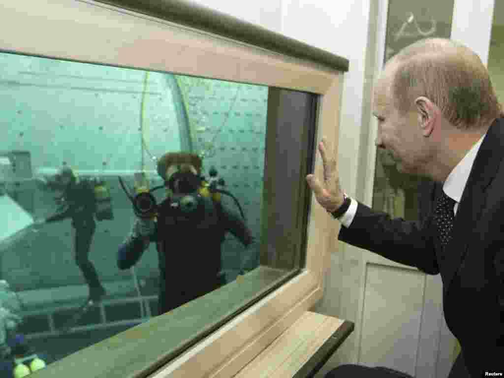 Путин посещает исследовательский центр подготовки космонавтов имени Гагарина в Звездном городке под Москвой. Апрель 2010 года.
