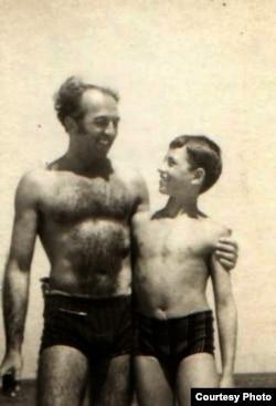 Георге Бабу Урсу с сыном Андреем на море