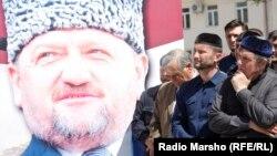 Мужчины у портрета президента Чечни Ахмада Кадырова, убитого 9 мая 2004 года.