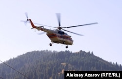 Вертолет на месте поисковых операций по следам массового убийства. Заилийское Алатау, 18 августа 2012 года.