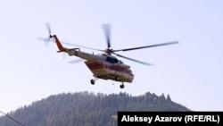 Вертолет, пролетающий над Алатау. Иллюстративное фото.