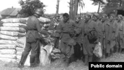 Екінші дүниежүзілік соғыс кезінде неміс әскерінің қолына тұтқынға түскен қазақ жауынгерлері. Сурет Казбек Бейсебаевтың Фейсбук парақшасынан алынды.