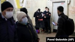 Ռուսաստան - Մոսկովյան մետրոպոլիտենում ուղևորների ջերմաչափում է իրականացվում, 18-ը մարտի, 2020թ.