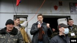 Ukraine -- Pro-Russian presidential candidate Oleh Tsaryov (C) speaks to protesters during a rally near of the occupied security service building in Luhansk, April 12, 2014