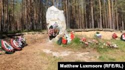 """Паметник, поставен от Дмитриев, на който пише: """"Хора, не се избивайте едни други"""""""