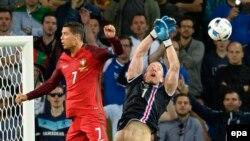 Cristiano Ronaldo (solda) Portuqaliya-İslandiya oyununda, 14 iyun, 2016