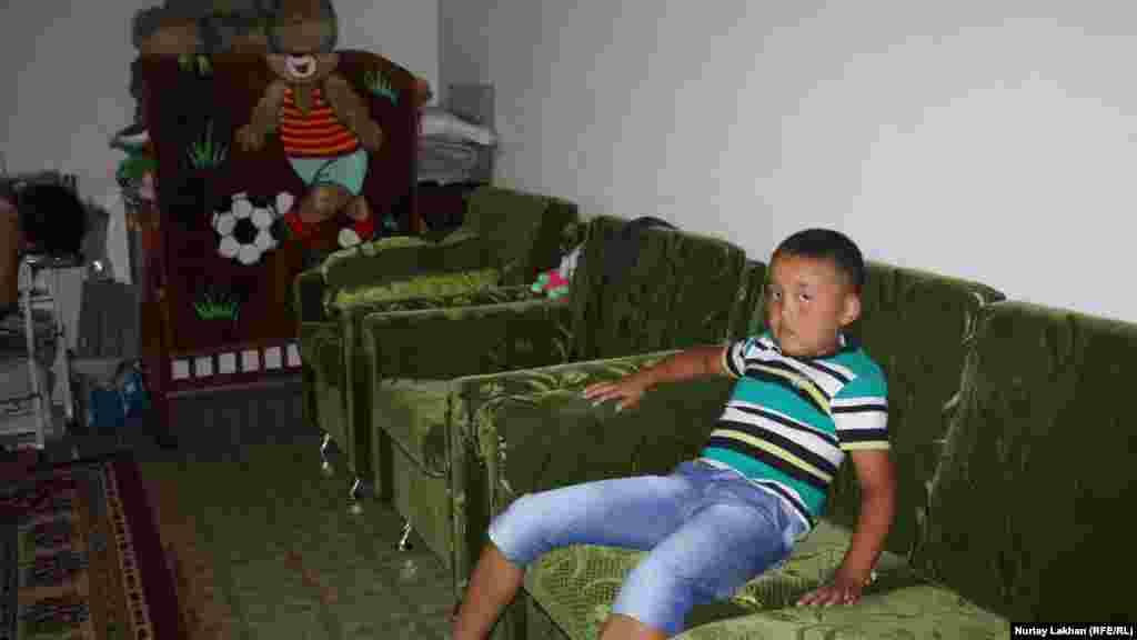Обстановка внутри дома, в котором живет мальчик Нурсултан.
