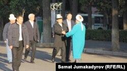 Бишкектеги намазга Жогорку Кеңеш төрагасы Асылбек Жээнбеков, шаар мэри Кубанычбек Кулматов жана бир катар бийлик жетекчилер катышты.