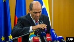 Словенияның бұрынғы премьер-министрі Янез Янша өзін коррупцияға қатысты айыпты деп таныған сот шешімі шыққан соң баспасөз мәслихатын өткізіп отыр. Любляна, 5 маусым 2013 жыл.