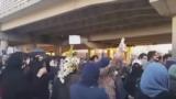 یکی از تجمعات خانوادههای بازداشتشدگان تجمعات اعتراضی اخیر در مقابل زندان اوین