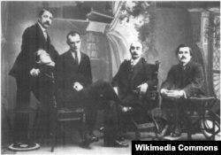 Группа участников «Союза молодёжи»: Михаил Матюшин (стоит), Алексей Кручёных (сидит на переднем плане), Павел Филонов, Иосиф Школьник, Казимир Малевич. Санкт — Петербург. 1913 г.