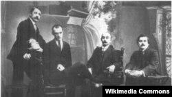 Группа участников «Союза молодёжи»: Михаил Матюшин (стоит), Алексей Кручёных (сидит на переднем плане), Павел Филонов, Иосиф Школьник, Казимир Малевич. Санкт — Петербург. 1913