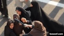 برخورد با فعالان حقوق بشر و زنان در جریان تجمع مسالمت آمیز سال ۲۰۰۶ در میدان هفتم تیر تهران.