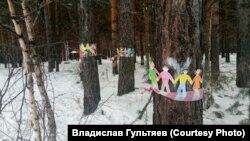 Хороводы бумажных человечков должны были защитить деревья, идущие под вырубку