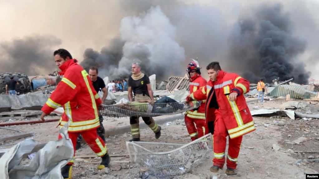 Евакуація пораненого внаслідок вибухів. Ліван, Бейрут, 4 серпня 2020 року