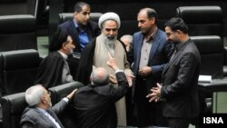 جدال لفظی روحالله حسینیان (روحانی ایستاده) با علی اکبر صالحی که انگشت اشاره به سمت او نشانه رفته است.