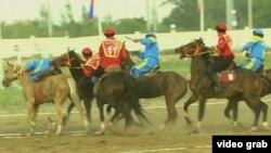 Команды Кыргызстана (в красной форме) и Казахстана на первом чемпионате мира по кокпару в Астане. 27 августа 2017 года.